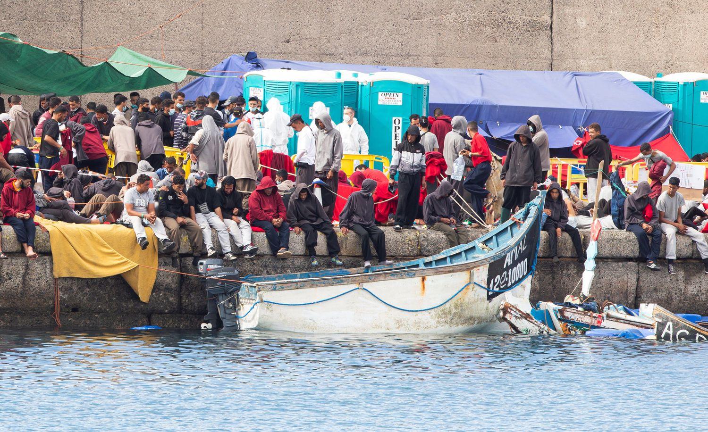 Grupos de inmigrantes abarrotan el muelle de Arguineguín, desmantelado este lunes.