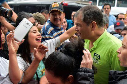 Correa saluda a un grupo de seguidores a su llegada a Guayaquil.