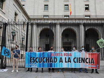 Un grupo de personas del ámbito científico y miembros del movimiento Scientist Rebellion protesta a las puertas del Ministerio de Transporte, el 20 de octubre en Madrid.