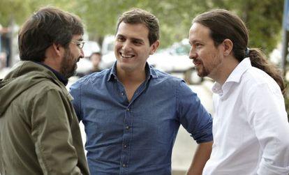 Jordi Évole, de espaldas, charla con Iglesias (d) y Rivera durante el programa.