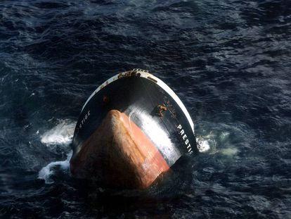 El petrolero 'Prestige' se hunde a 250 kilómetros de la costa gallega, el 19 de noviembre de 2002.