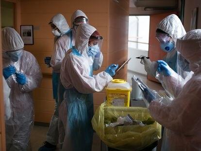 Voluntarios de la ONG Proactiva Open Arms realizan test rápidos en una residencia geriátrica.