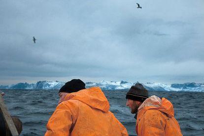 Trond Dalgard y Yom-Gunnar Johansen, dispuestos a izar las redes llenas de bacalaos salvajes en las inmediaciones de las islas Lofoten.