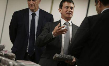 Manuel Valls, ministro del Interior francés, con la coca incautada.