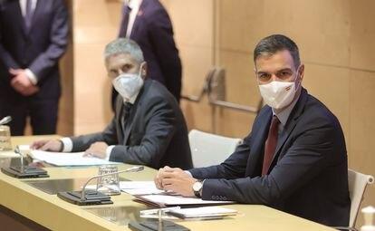 El ministro de Interior, Fernando Grande-Marlaska (i) y el presidente del Gobierno, Pedro Sánchez (d), durante la Comisión de Seguimiento del Plan de Lucha contra los Delitos de Odio este viernes.