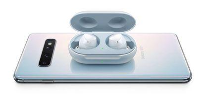 El Galaxy S10 puede recargar auriculares de manera inalámbrica, una innovación que también se espera para el iPhone 11 Pro