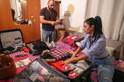 Nanor Abachian y su marido Shadi Abi Haidar hacen las maletas en su casa de Beirut, en el barrio de Naccache, el 31 de agosto de 2021. Ellos y sus dos hijos dejan su país sumido en la pobreza y en la crisis económica, para iniciar una vida nueva en Chipre.