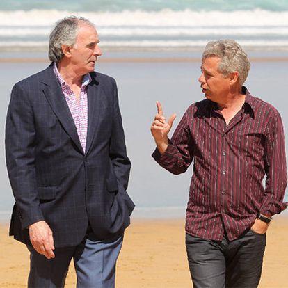 José Ángel Iribar y Roberto López Ufarte paseando por la playa de Zarauz.