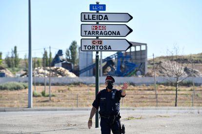 Un 'mosso', en un control a la entrada de la comarca leridana del Segrià.