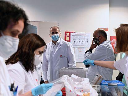 El consejero de Sanidad, Enrique Ruiz Escudero, durante su visita al Laboratorio Regional de Salud Pública.