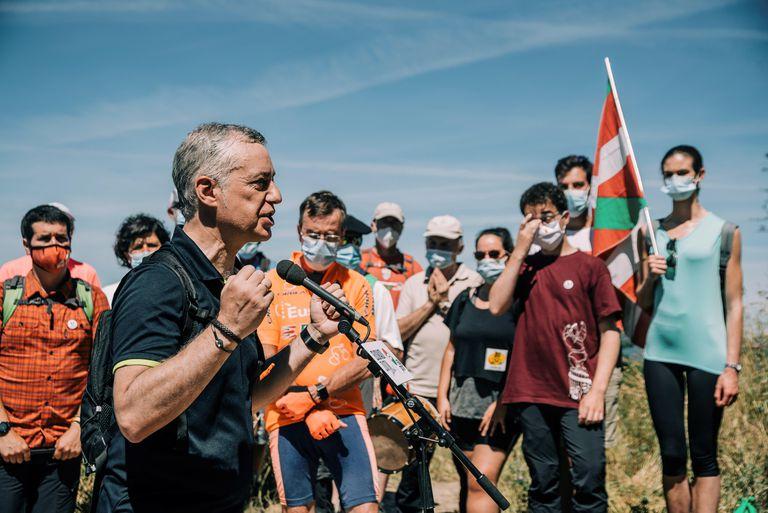 El lehendakari y candidato a la reelección, Íñigo Urkullu, participa este domingo en un acto electoral en la cima del monte Zaldiaran, en Vitoria.