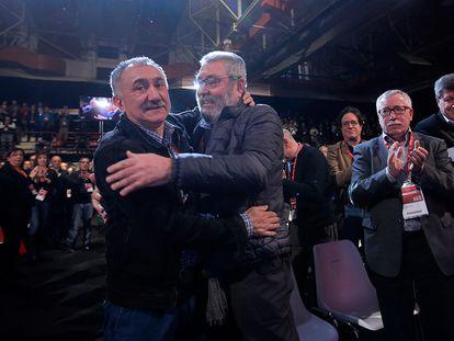 El nuevo secretario general de UGT, Josep María Álvarez (i), saluda a su antecesor en el cargo, Cándido Méndez (d), durante la clausura del 42 Congreso Confederal del sindicato, el 12 de marzo de 2016.