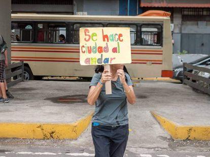 Una activista reivindica el espacio público de la ciudad para los peatones en la capital de Venezuela
