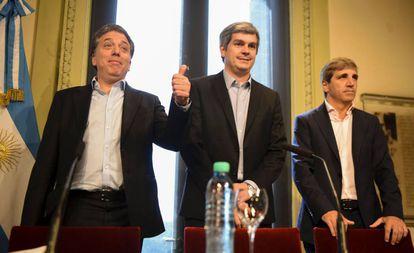 El ministro de Hacienda argentino, Nicolás Dujovne (izquierda) junto al jefe de Ministros, Marcos Peña, y el titular de Finanzas, Luis Caputo.