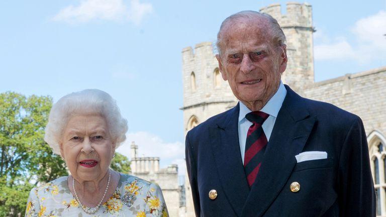 Isabel II y Felipe de Edimburgo en una de sus últimas fotos juntos, tomada el 6 de junio de 2020 en Windsor para conmemorar el 99º cumpleaños del duque de Edimburgo.