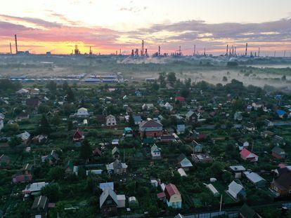 La ciudad siberiana de Omsk, con la refinería de Gazprom al fondo, el pasado agosto.