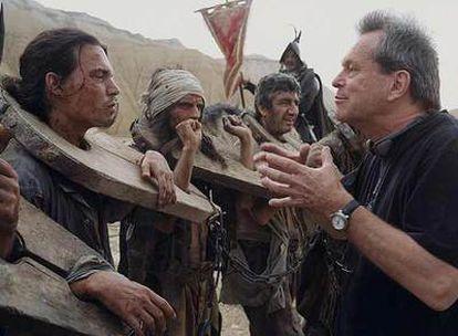 Terry Gilliam da instrucciones a Johnny Depp en un fotograma d<i>e Lost in La Mancha</i>.