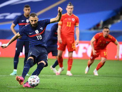 Benzema lanza el balón de penalti ante Gales,