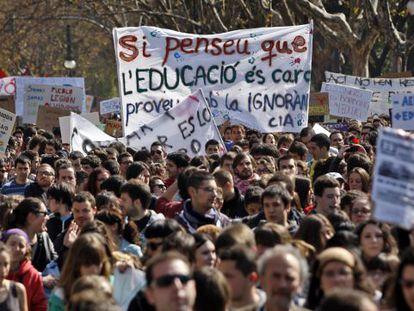 Protestas de universitarios valencianos contra la subida de tasas y el recorte de becas.
