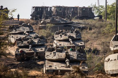 Tanques del Ejército de Israel, este domingo cerca de Sderot.