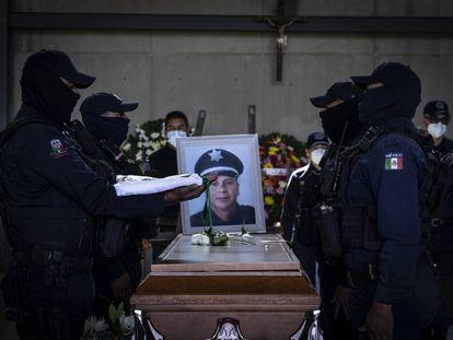 Miembros de la policía estatal junto al féretro de uno de los tres elementos asesinados por el crimen organizado en Zacatecas, el 26 de agosto de 2021.