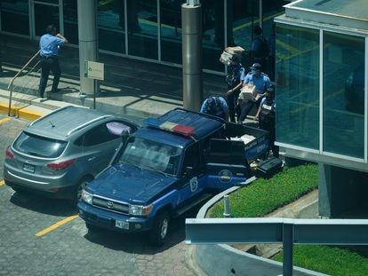 La Policía de Nicaragua tras decomisar equipos en la redacción de la revista 'Confidencial'.
