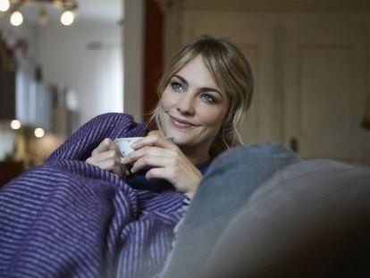 Una jornada relajante de sofá, peli y manta puede contribuir a mejorar nuestro estado físico y mental.