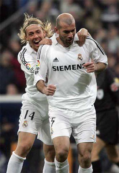 Guti abraza a Zidane tras un gol del francés.