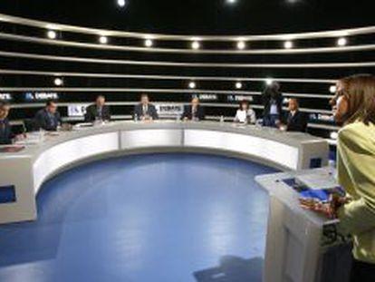 La periodista Ana Blanco modera el debate con los representantes de CiU, PP, PNV, IU, PSOE, ERC y Coalición Canaria durante el encuentro electoral del 28 de febrero de 2008.