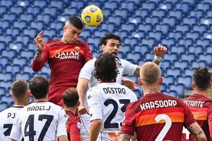 Mancini cabecea durante el Roma-Génova del domingo.