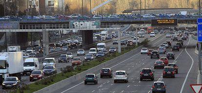 Tráfico esta mañana en Madrid, con los luminosos de la M-30 en los que se pide que se use el transporte público.