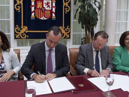 El secretario de Estado de Seguridad (i) y el consejero de Justicia, durante la firma del acuerdo.
