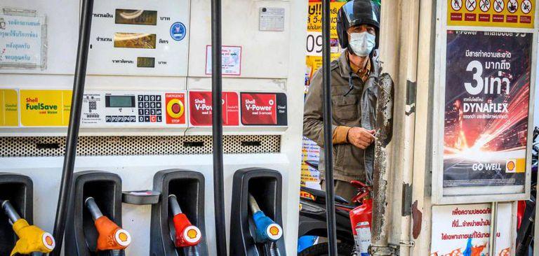 Un motorista reposta combustible en una gasolinera de Bangkok (Tailanida).