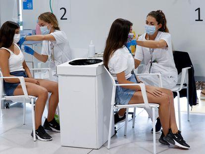 Dos adolescentes se vacunaban contra la covid-19 en el hospital Enfermera Isabel Zendal de Madrid, el pasado miércoles.