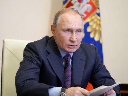 Vladímir Putin, en una videoconferencia sobre vacunas contra el coronavirus, este viernes en su residencia de las afueras de Moscú.