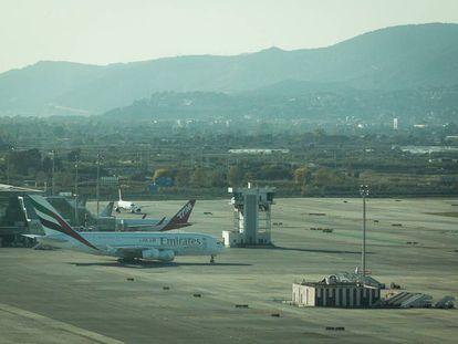 Un avión de Emirates en el Aeropuerto del Prat.