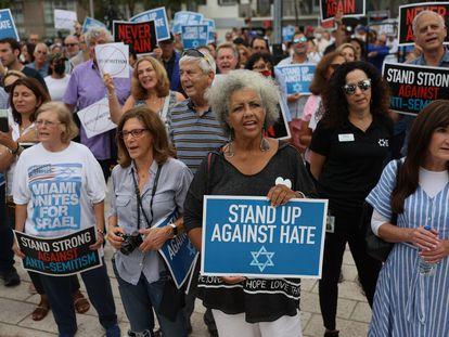 Un grupo de personas se manifiesta contra el antisemitismo en Miami Beach, Florida, el pasado 3 de junio.