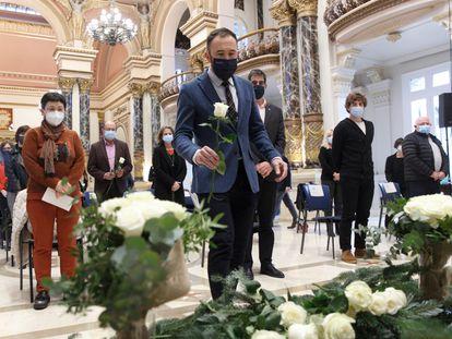 El delegado del Gobierno en el País Vasco, Denis Itxaso, deposita una rosa blanca en el homenaje a Mikel Zabalza en San Sebastián.