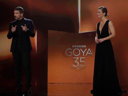 Los presentadores de los Goya 2021, Antonio Banderas y María Casado, durante la gala del pasado sábado.