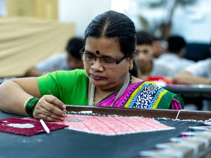Una de las artesanas de la iniciativa I Was a Sari, en Bombai.