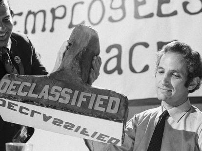 Daniel Ellsberg, el legendario filtrador de los papeles del Pentágono, recibe un sello de desclasificación de documentos en un banquete celebrado en septiembre de 1971.