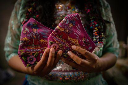 Mascarillas violetas pintadas por una nueva generación de mujeres artistas con una técnica prehispánica. Expresan el rechazo a la escalada del machismo: en los 107 días de la cuarentena nacional en Perú en el 2020, se registraron más de 60.000 llamadas por violencia hacia las mujeres en la línea telefónica habilitada para ello.