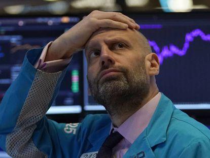 Un corredor de Bolsa mira las pantallas de los valores minutos antes de la apertura de la sesión en Estados Unidos.