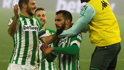 Los jugadores del Betis celebran el segundo gol del equipo andaluz anotado por Borja Iglesias.