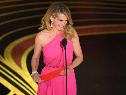 Julia Roberts, con el sobre del Oscar a la mejor película. En vídeo, los principales premios y discursos.