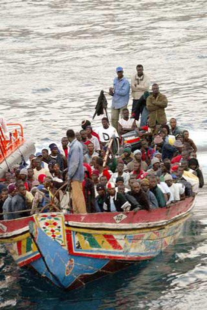 El séptimo cayuco, con 150 inmigrantes, que llegó ayer a las costas canarias, atraca en el tinerfeño puerto de los Cristianos.