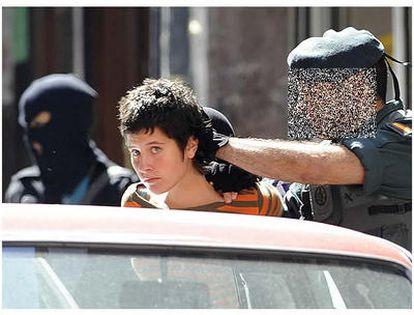 Una de las presuntas integrantes del <i>comando Vizcaya, Ana Isabel Prieto Furundarena, detenida en Bilbao, es introducida en un coche por un guardia civil.</i>