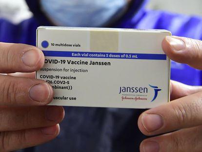 La suspensión de la vacuna por las agencias norteamericanas sigue la estela de AstraZeneca en Europa.