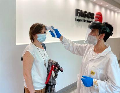La ejecutiva Mónica Vaz pasa un control de temperatura en Fagor Electrónica, de Corporación Mondragón.
