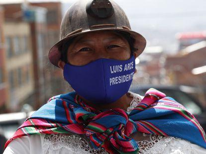 Una mujer porta un casco minero durante una marcha en apoyo de Luis Arce, aspirante del Movimiento al Socialismo, el pasado 19 de septiembre.
